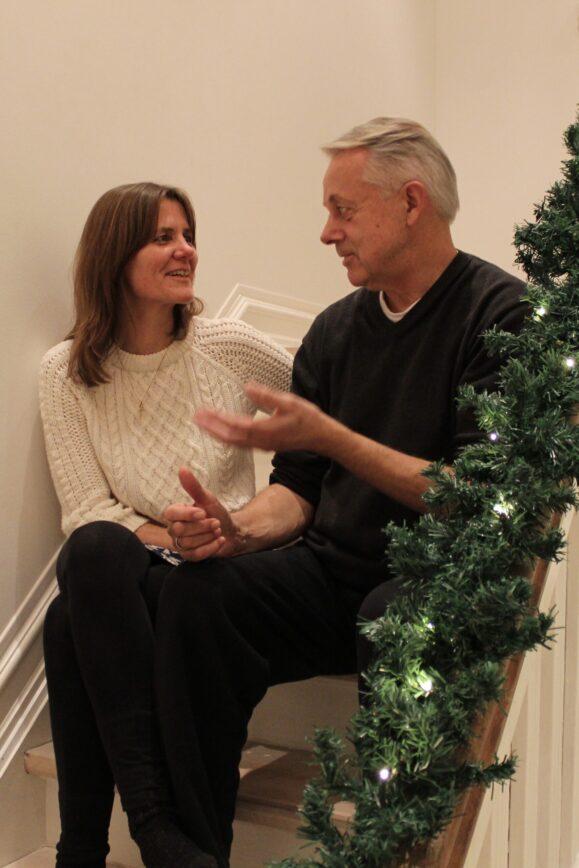 Anette og Jens Bækkelund, der sidder og snakker på trappen i deres hus.